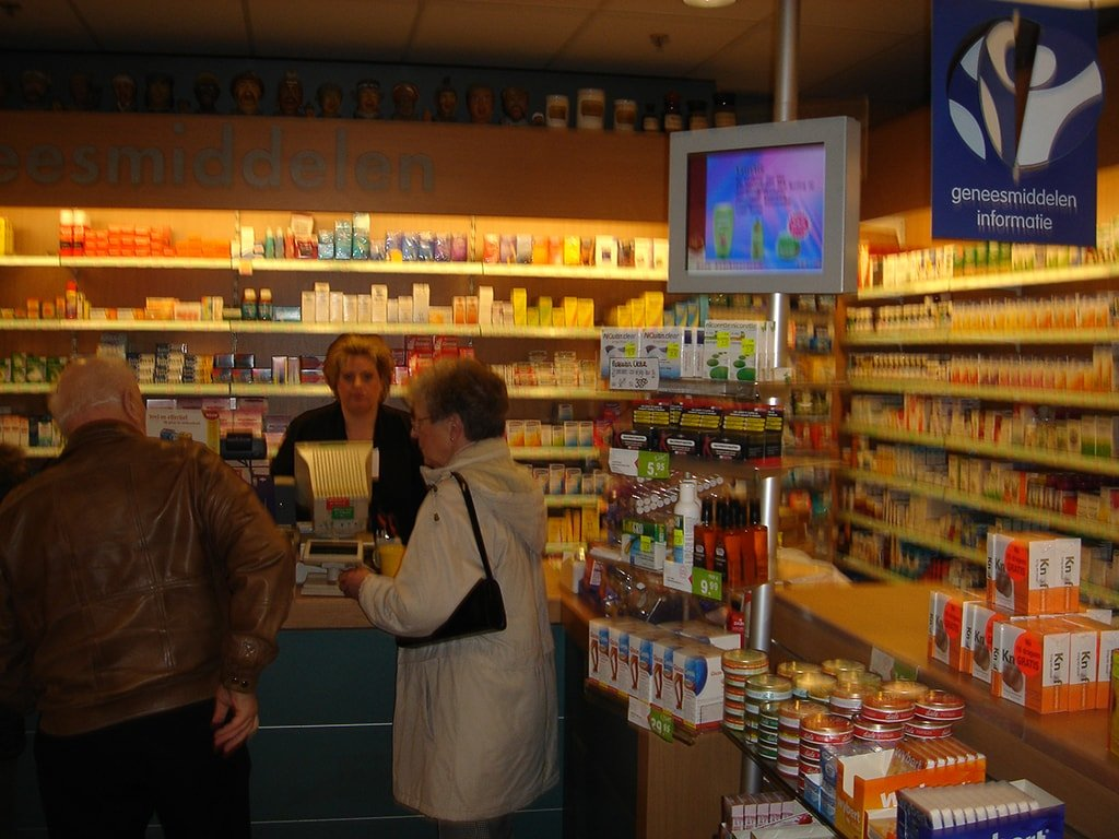 New retail chain store digital signage solution-Faco pharmacy Netherlands-Betvis (1)
