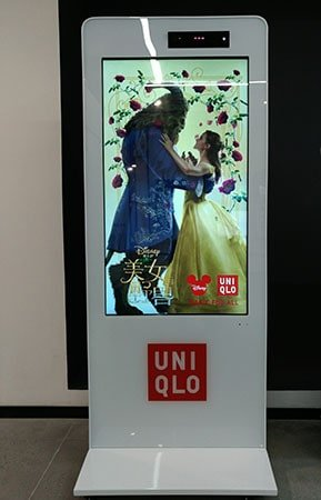 New retail kinect motion sensor interactive kiosk digital signage solution-UNIQLO-Betvis (1)